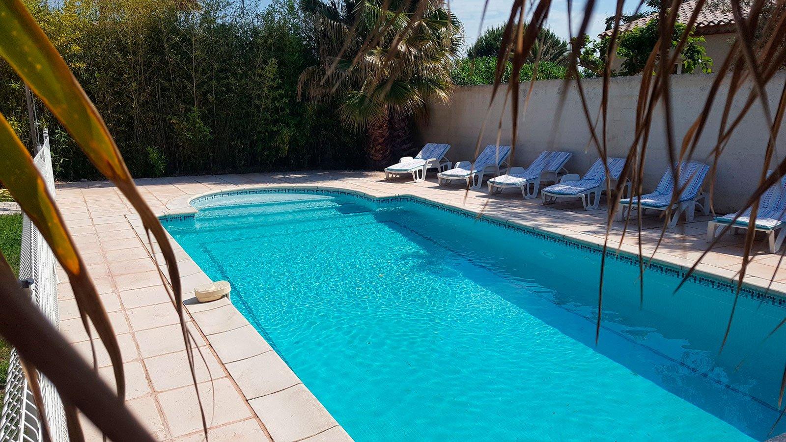 accueil-la-villa-aux-mimosas-vue-de-la-piscine-privee-chauffee-et-au-sel