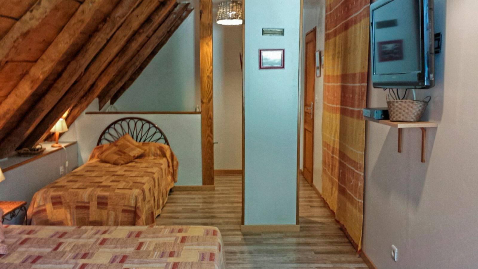 la-grange-du-moulin-la-grande-chambre-avec-lit-bebe