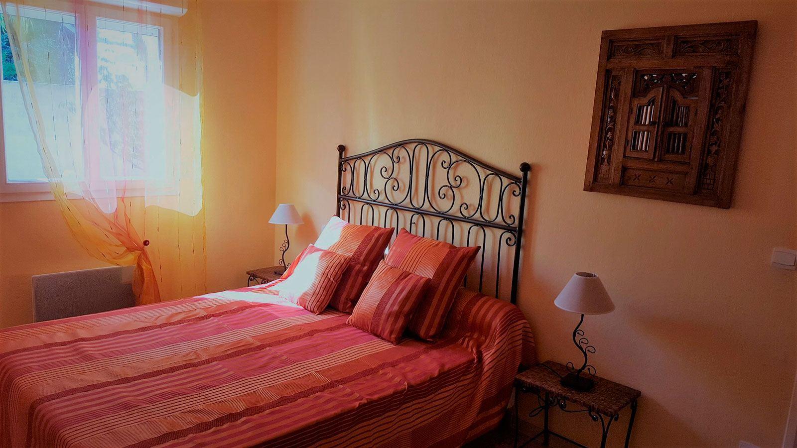 la-villa-aux-mimosas-chambre-avec-le-lit-bebe