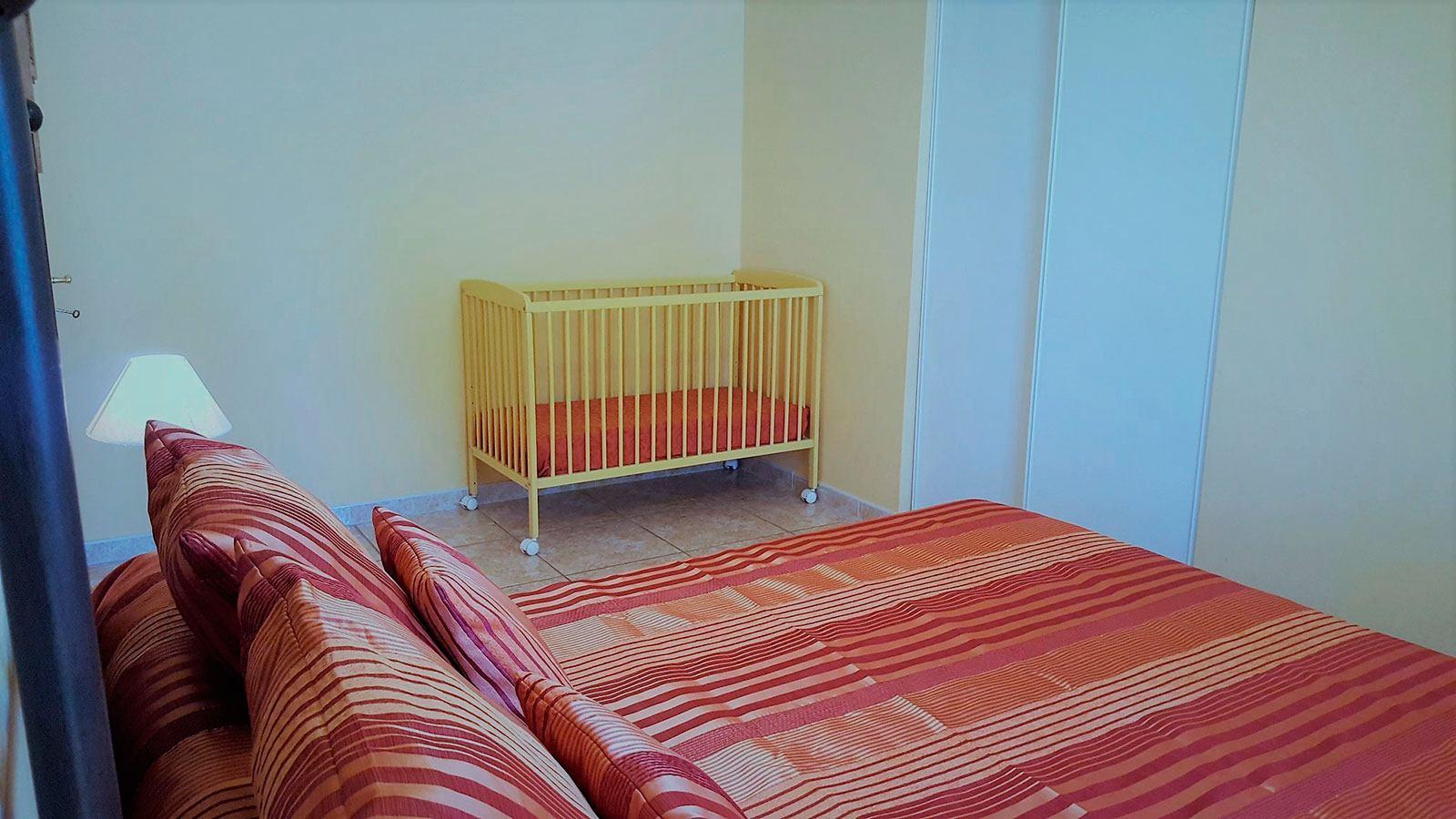 la-villa-aux-mimosas-la-chambre-avec-le-lit-bebe