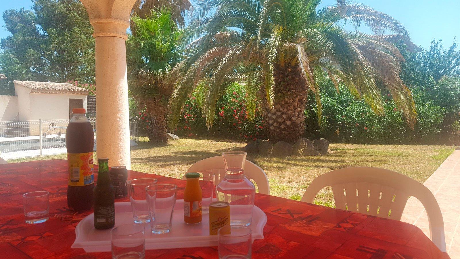la-villa-aux-mimosas-repas-sous-la-terrasse-couverte